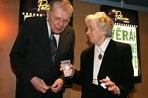 Manželé Věra Tichánková a Jan Skopeček se seznámili v jihlavském Horáckém divadle. Snímek byl pořízen v únoru 2007 na premiéře Vratných lahví, kde Tichánková hrála.