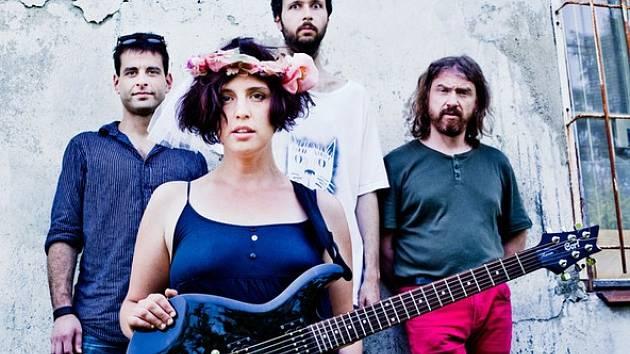 Hlavní tváří kapely, kterou charakterizují drsné texty a jejíž styl je označován za feministický punk, je Nikola Muchová.