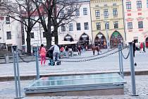 Železobetonové šachty na jihlavském náměstí jsou zakryté sklem, které se rosí. Jeden ze dvou průhledů stojí na parkovišti, kde zabírá dvě parkovací stání.