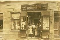 Rodina Dürheimova před obchodem.