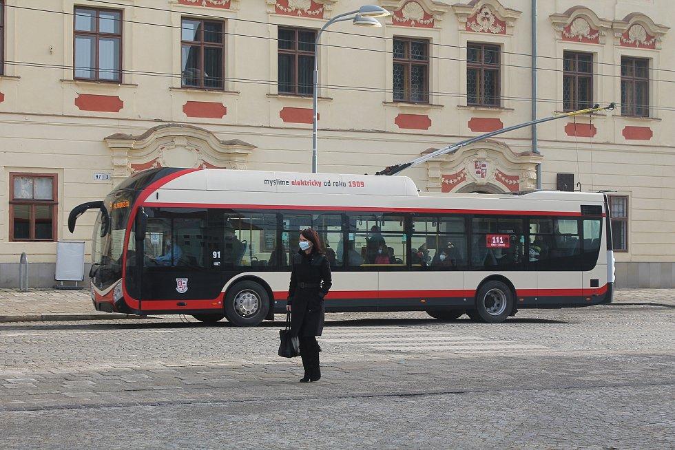 Cestující v jihlavské MHD mají od čtvrtka 25. února novou povinnost - používat respirátory nebo dvě roušky.