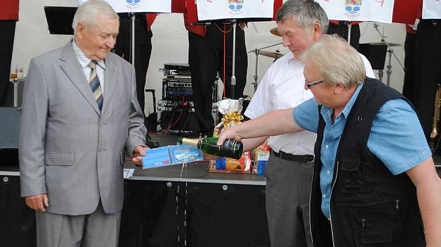 Lidé ve Stonařově se v sobotu 11. září bavili s dechovkou Vysočanka.