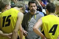 """Výzva. Trenér basketbalových juniorů BC Vysočina Jiří Procházka ví, že extraliga nebude procházka růžovým sadem. Nicméně je za těžkou zkoušku velmi rád. """"Případné porážky musí hráče spíš posílit a donutit, aby víc trénovali,"""" říká."""