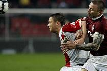 Jihlavský útočník ve službách Slavie Stanislav Tecl (vlevo) se postavil tváří v tvář Tomáši Řepkovi. Ze vzájemného souboje vyšel lépe sparťanský kapitán, jehož tým vyhrál 1:0.