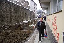 V lokalitě kolem bývalého tržiště je nyní rušno a bahnivo. Bagry stavební firmy totiž kopou i z druhé strany hradeb.