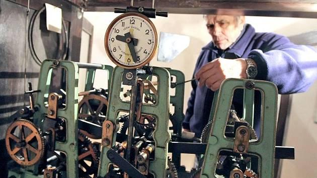 Jiří Rešl z Třeště se stará o věžní hodiny v kostele svaté Kateřiny Sienské.