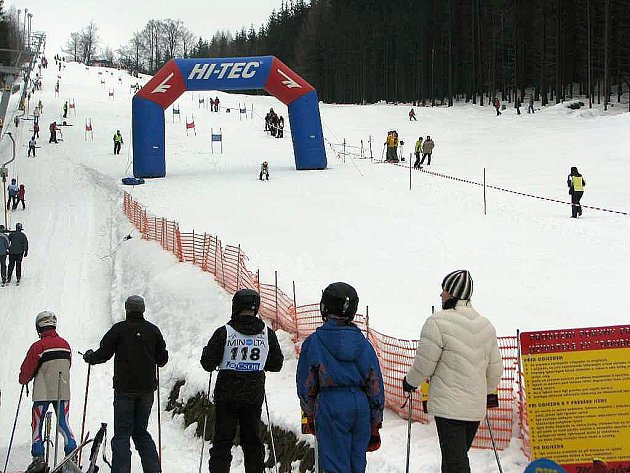 Obří slalom na Šacberku si vyzkoušeli malí závodníci i dospělí