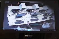 Policejní záznamy ze zkušebních místností, v nichž uchazeči vypracovávali závěrečné testy. Ve spodní části je zachycen učitel, který pomáhá žákovi s řešením.
