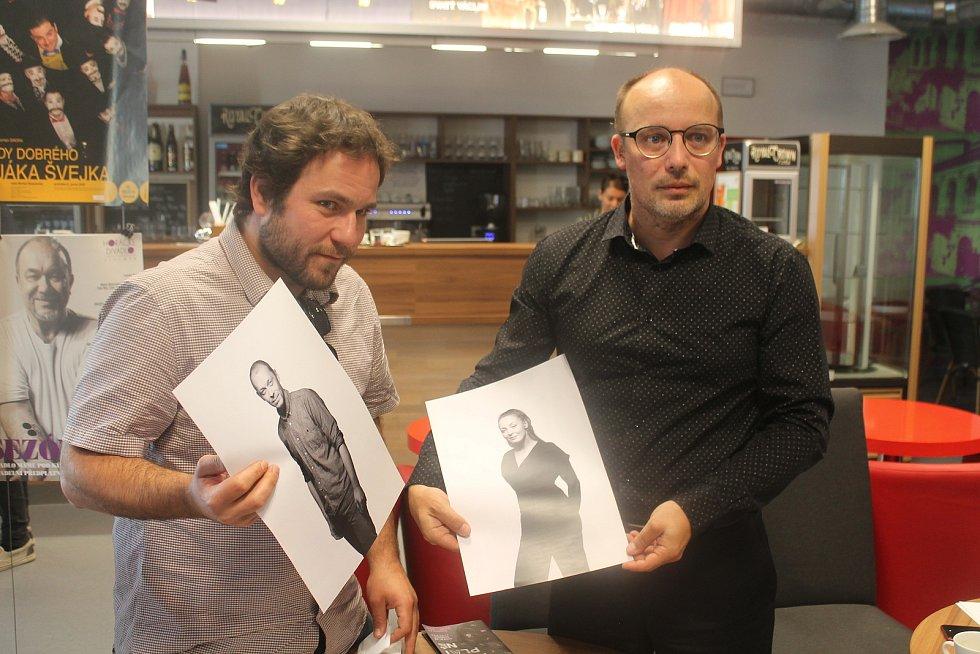 Umělecký šéf Michal Skočovský (vlevo) a ředitel divadla Ondrej Remiáš představují dva nové herce Horáckého divadla Jihlava - jsou to Marián Chalány a Sára Venclovská.