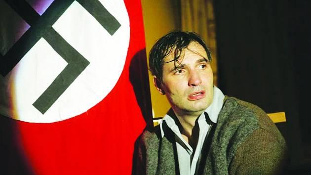 V inscenaci Musíme si pomáhat pražského Divadla Na Jezerce hraje jednu z hlavních rolí herec a zpěvák Jiří Macháček (na snímku).