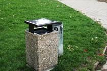 Po jihlavském sídlišti Březinova bylo rozmístěno 44 nových odpadkových košů.