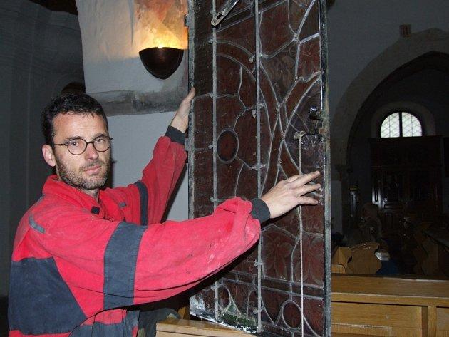Generální opravu vitráží - barevných oken v kostele Matky Boží v Jihlavě odstartovali specialisté z brněnské firmy.