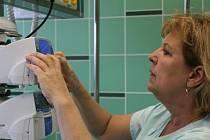 Místo změti kabelů budou mít sestry a lékaři snažší přístup k pacientům na infekční jednotce intenzivní péče.
