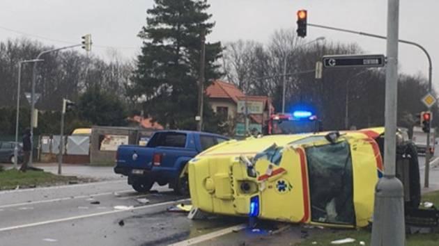 V sobotu ráno se kolem sedmé hodiny srazila sanitka ZZS Kraje Vysočina s osobákem v Úvalech u Prahy.