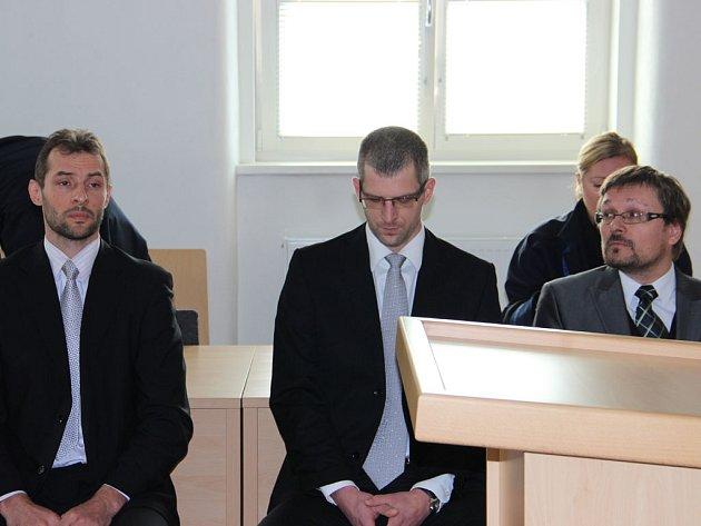 Ivan Padělek (vlevo), Ladislav Čepera (uprostřed) a Michal Kašpar prohlašovali, že jsou nevinní. Soud to viděl jinak. V pondělí si vyslechli odsuzující rozsudek.