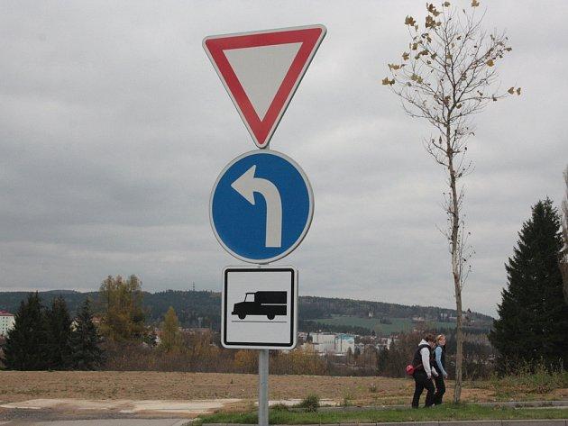 Dodatková tabulka omezuje u výjezdu z parkoviště u hobbymarketu v jihlavské Vrchlického ulici už jen nákladní dopravu. osobní auta mohou zamířit i směrem k centru města.