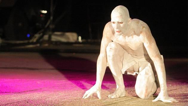 Proslulý soubor alternativního a pohybového divadla Teatr Novogo Fronta již několikrát v Česku účinkoval. V roce 2008 například diváci v Ostravě zhlédli českou premiéru mezinárodního projektu Doppelgänger (na snímku).
