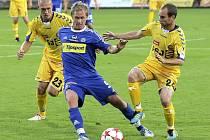 Fotbalisté FC Vysočina sice z Ondrášovka cupu vypadli, ale favorizovanou Olomouc notně potrápili. Z výborné hry Jihlavanů měl zamotanou hlavu i záložník Hanáků Lukáš Bajer, kterého na snímku atakují Karol Karlík (vlevo) a Petr Dolejš.