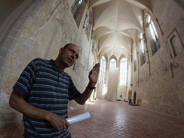 Architekt Martin Laštovička (na snímku) se v kostele snažil skloubit staré s novým. Klenba kněžiště chrámu je vyrobena z nejmodernějšího materiálu.