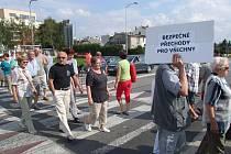 Při řádně ohlášené akci včera asi sto lidí blokovalo přechody v Masarykově a Pražské ulici.