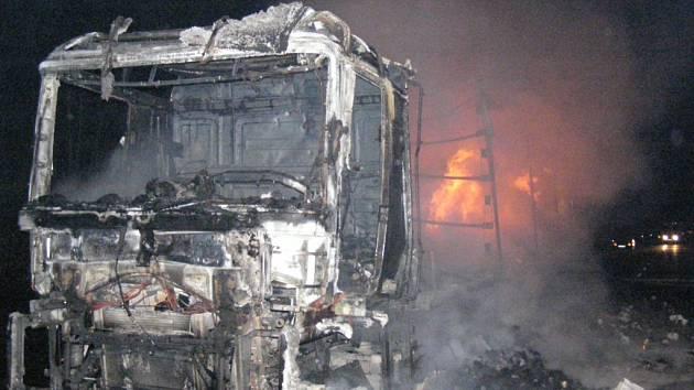 Dálnici D1 zablokoval v noci z pondělí na úterý hořící kamion. Příčinou vzniku požáru byla technická závada v motorovém prostoru.  Plameny zničily celé auto včetně převáženého nákladu. Tím byl toaletní papír.