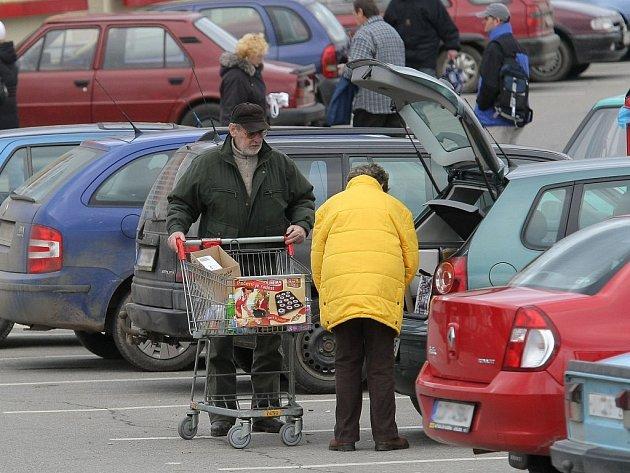 Obchody jsou plné a Jihlavsko zachvátila nákupní horečka. Banky také půjčují větší množství peněz. Vánoce mohou zkazit pouze zlodějíčkové a kapsáři. Ti se už začali projevovat.