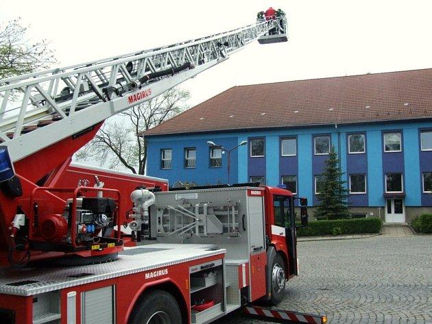AZ 37, nový přírůstek do vozového parku Jihlavských hasičů. Výsuvný žebřík umožní dostat se do výšky neuvěřitelných 37 metrů.