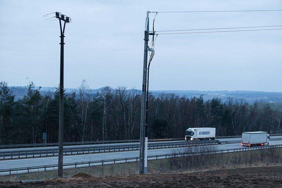Sloupy po odstranění venkovního elektrického vedení přes dálnici D1.