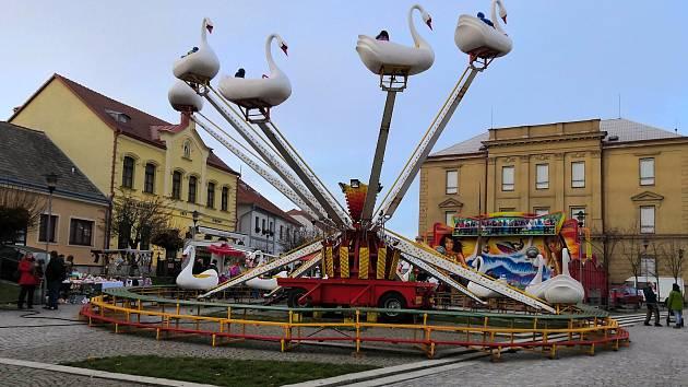 Třešťské náměstí o víkendu patřilo pouťovým atrakcím a stánkařům.