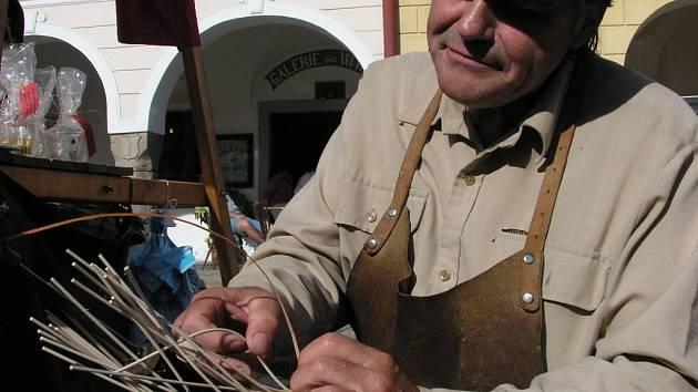 Každou chvíli vznikal na řemeslném trhu pod rukami košíkáře Josefa Plcha nový výrobek.