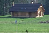 Jan Hodinka lidem po celé republice i v Kraji Vysočina sliboval, postavit rodinné domy ve stylu dřevěných srubů. Učinit tak měla jeho firma Garant Copany. Nejenže jim žádné domy nepostavil, ale dosud jim ani nevrátil investované peníze. Ilustrační foto.