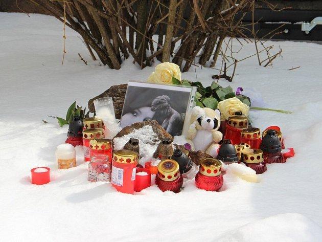 Pomníček v Havířské ulici, kde byla dívka zavražděna