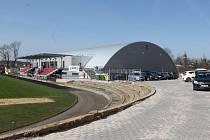 Parkoviště u nového zimního stadionu v Telči už je hotové. Kvůli rekonstrukci Tyršovy ulice ale budou muset návštěvníci ledové plochy parkovat jinde.
