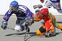 Jihlavští hokejbalisté (ve světlém David Fiala) nedali Letohradu sebemenší šanci a semifinálovou sérii ukončili v nejkratší možné době. Po výhře 7:0 jsou ve finále.