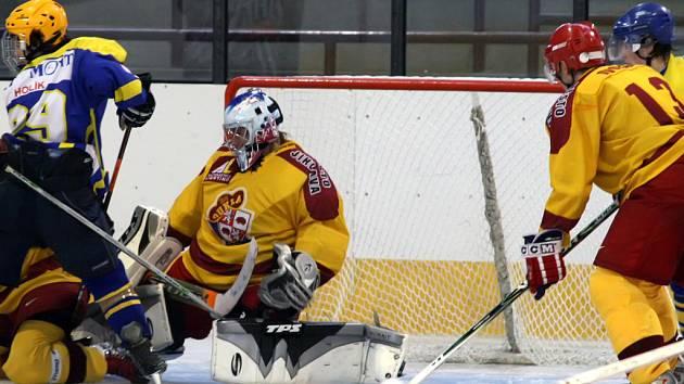 Hokejoví junioři Dukly Jihlava (ve žlutém) potvrdili o víkendu roli ligového lídra a s papírově lehčími soupeři, Kroměříží a Šternberkem, si vcelku snadno poradili.