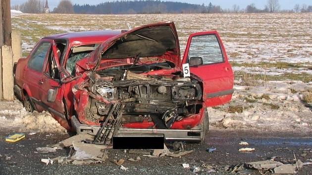 S lehkým zraněním skončil řidič VW Passat, který jel ve směru od Pelhřimova na Jihlavu.