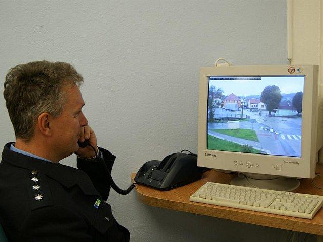 Mezi prvními si podmínky ve služební policejní místnosti v Lukách nad Jihlavou vyzkoušel Libor Plašil, vedoucí obvodního oddělení policie v Polné, pod níž loucké pracoviště patří.