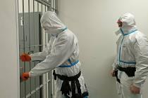 Policisté při kontaktu s osobou obviněného cizince, který je covid pozitivní, museli používat speciální ochranné prostředky, což je pro výkon služby velice náročné.