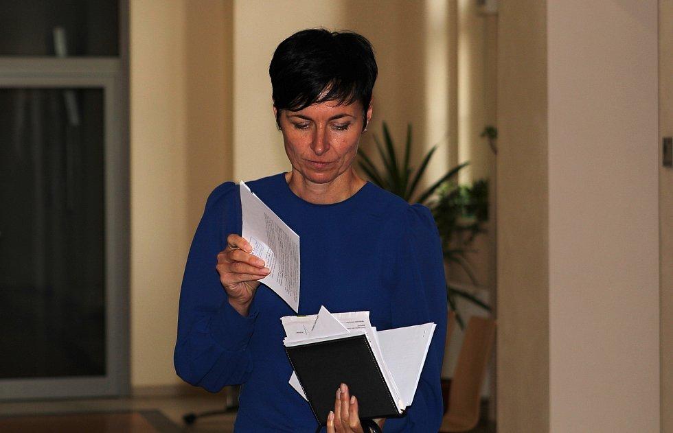 Lenka Bradáčová před vstupem do jednací síně Okresního soudu v Jihlavě.
