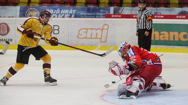 Jihlavští hokejisté (ve žlutém) nezvládli s Porubou desetiminutovku ve třetí části, a doma prohráli 2:4.