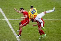 Jihlavští fotbalisté (v žlutém) vybojovali na hřišti posledního Třince bod. Ilustrační foto.