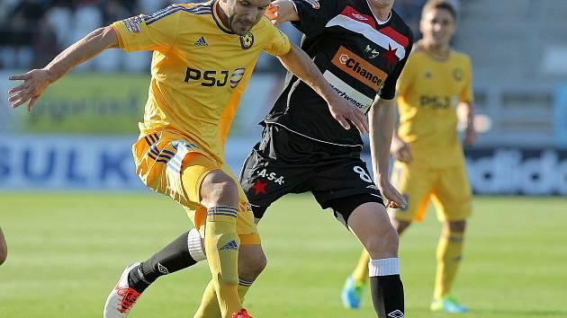 Současný útočník FK Blansko Haris Harba odehrál za Vysočinu osmapadesát ligových utkání, ve kterých vsítil sedmnáct branek. Na snímku vlevo v utkání Jihlava - Slavia Praha.