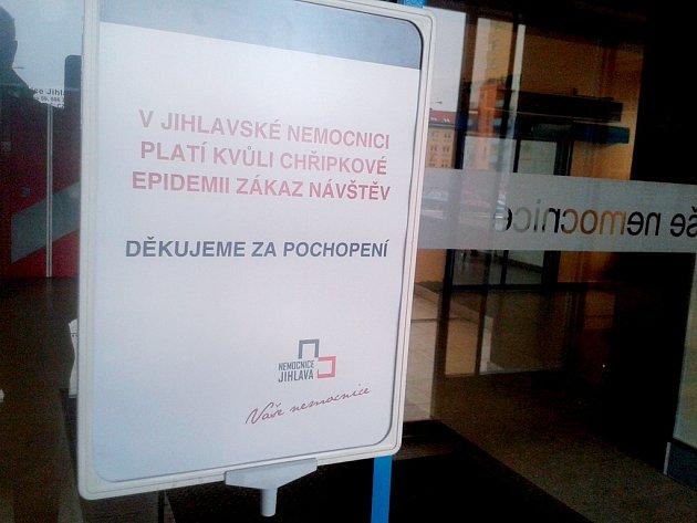 Do jihlavské nemocnice nesmějí návštěvy od 4. února a zákaz zatím zůstává v platnosti.