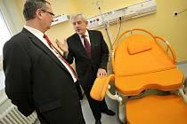 Za nárůst spokojených rodiček v jihlavské nemocnici mohou zřejmě i moderní porodní pokoje. Slavnostního otevření těchto pokojů v roce 2011 se zúčastnil i ministr zdravotnictví Leoš Heger (vpravo).