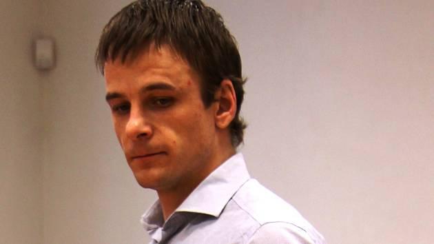 Michal Šály z Jihlavy si dokázal roztáhnout mříže u cely a protáhnout se otvorem širokým 173 milimetrů. V minulosti už byl jedenáctkrát odsouzen. Na krku má další obvinění za krádež více než půl milionu korun.