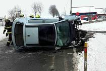 Havarovaný vůz skončil na boku, dva lidé museli být ošetřeni.