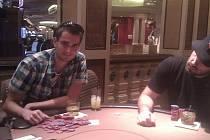 Na začátku je stůl plný žetonů alias chipů, které se hráč snaží rozmnožit. Na konci je vymění za peníze.