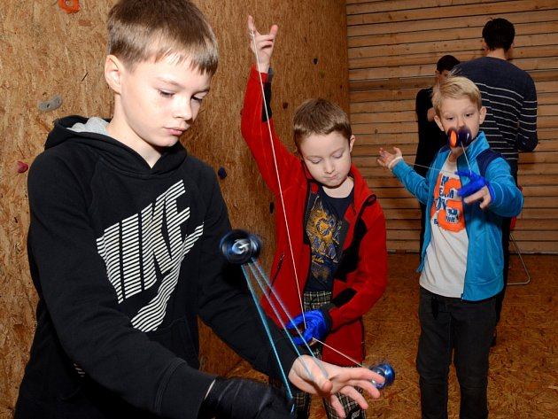 Malí kluci předvádějí své triky s yoyem. I začátečník jich na soutěži musí zvládnout deset.  Nejen zkušení yoyeři mohou navštívit jihlavský Yoyo Club.