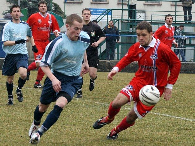 Velmi dobrým výkonem se prezentovali fotbalisté Velkého Meziříčí (vpravo Jaroslav Krejčí) v duelu s Hulínem. S lídrem divizní tabulky se rozešli smírně po bezgólové remíze.