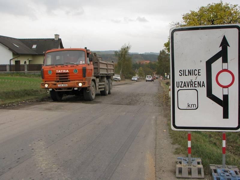 Zfrézovaná silnice začíná hned na kraji Brtnice ve směru od Jihlavy.